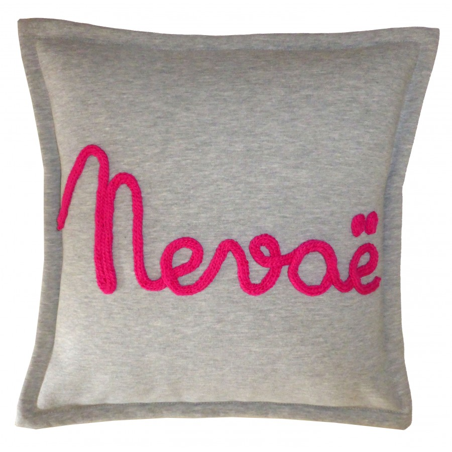coussin-sweat-gris-laine-tricotin-prenom-texte-personnalise-deco-chambre-enfant-bebe-cadeau-naissance-personnalise