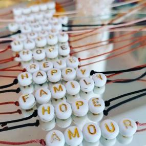 bracelet-perles-lettres-personnalise-cadeau-maman-naissance-fille-marraine-maitresse